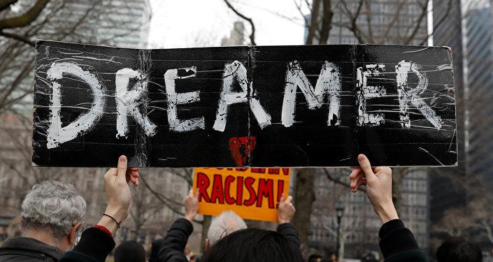 Una manifestante sostiene un cartel con la palabra soñador durante las protestas a favor de DACA en EEUU