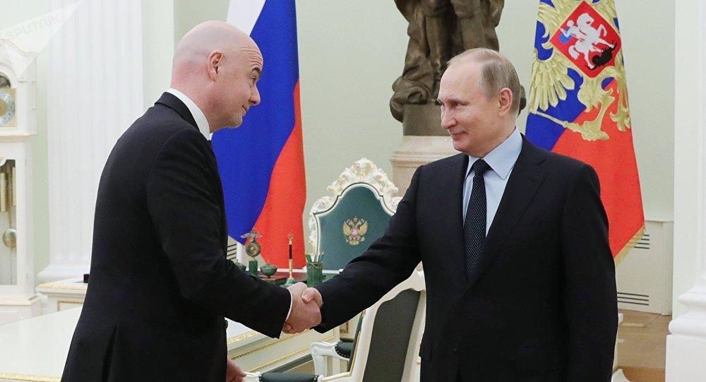 Figuras del futbol juegan a las dominadas con Putin en el Kremlin