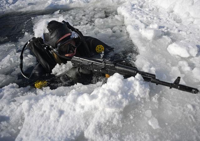 Bajo agua y hielo: así se entrenan los submarinistas de la Guardia Nacional de Rusia
