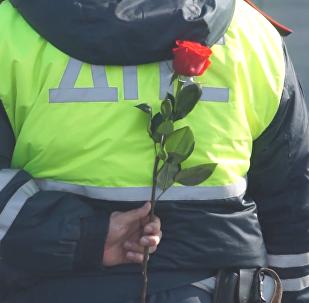 Los policías de Rusia aprovecharon la ocasión del Día Internacional de la Mujer para sorprender a las damas del país y demostrar la caballerosidad de los hombres rusos