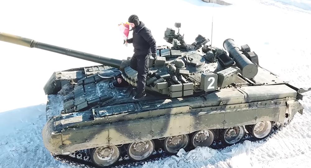 Militares rusos rinden homenajes a las mujeres del país el 8 de marzo