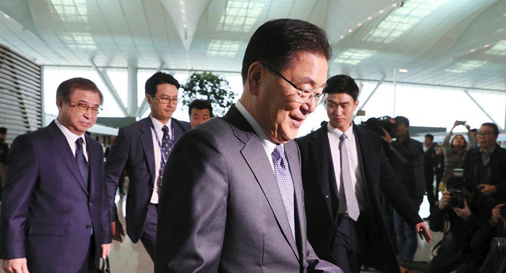 El consejero de seguridad nacional de Corea del Sur, Chung Eui-yong (centro) y el jefe de inteligencia Suh Hoon (izqd.), miembros de la delegación surcoreana a Washington (archivo)