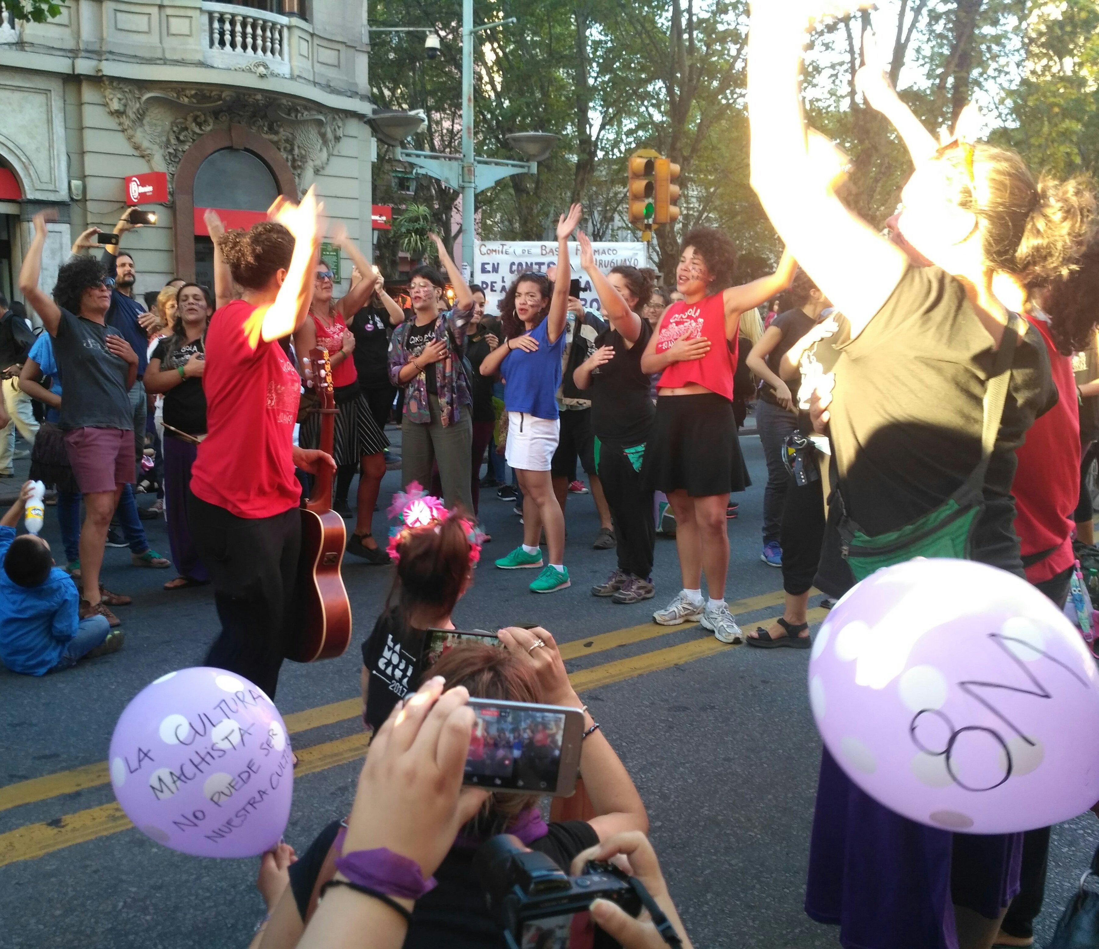 Murga Cero Bola en marcha del 8 de marzo por el Día de la Mujer