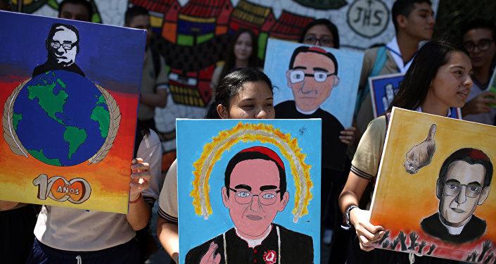 Estudiantes de escuelas católicas con los retratos del obispo salvadoreño Oscar Arnulfo Romero
