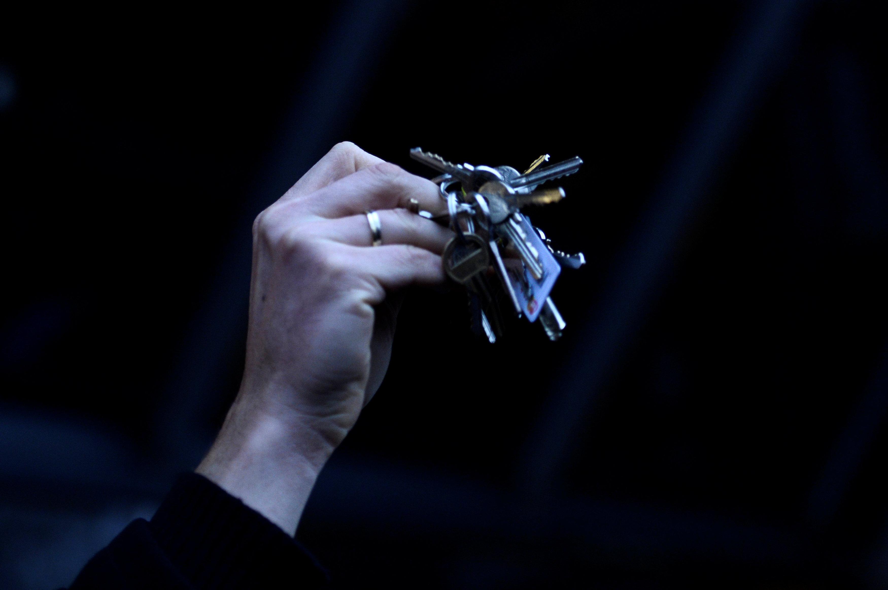 Un manifestante hace sonar las llaves durante una protesta llamada Defendamos la decencia en Eslovaquia en Bratislava
