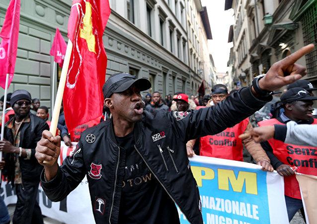 Marcha antirracista en memoria del senegalés asesinado en Florencia, Italia