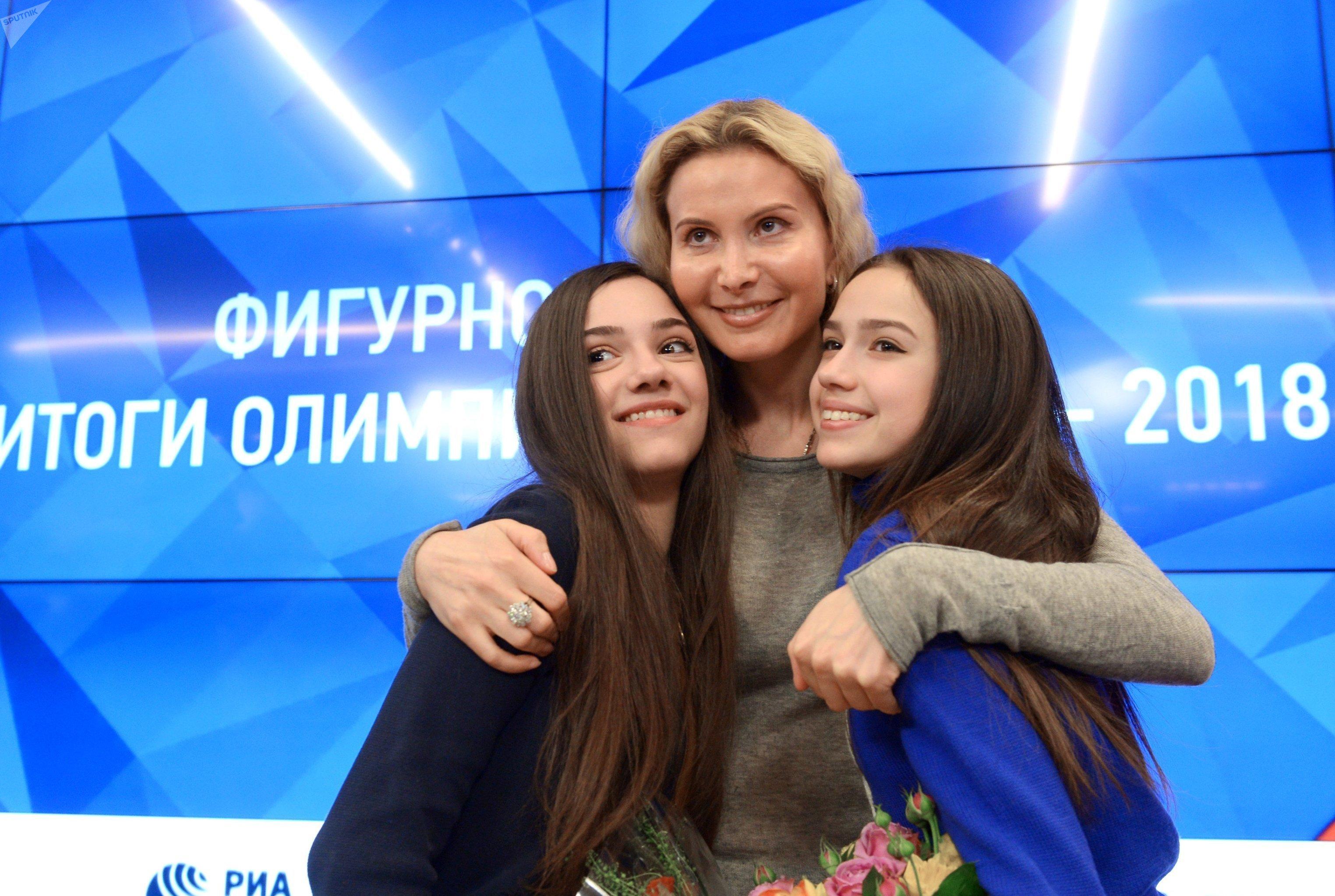 Eteri Tutberidze con sus alumnas Alina Zaguítova y Evguenia Medvédeva