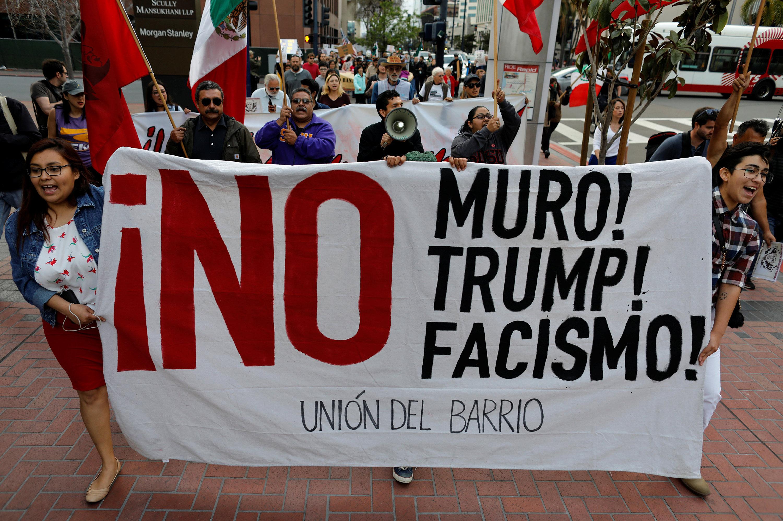 Marcha de protesta por la visita del presidente Donald Trump en San Diego, EEUU, 12 de mayo de 2018