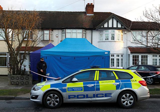 Policía británica ante la casa de Nikolái Glushkov en New Malden, Reino Unido
