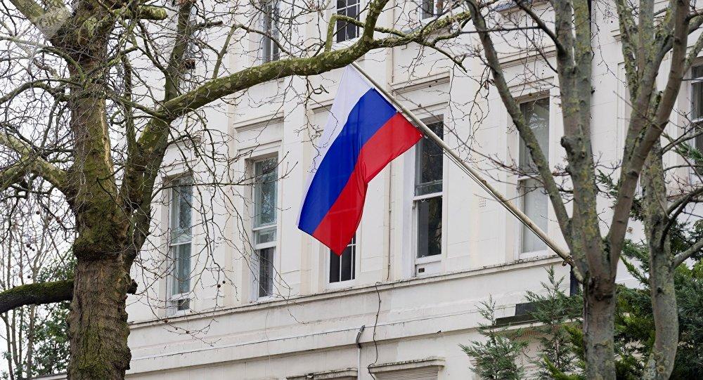La bandera rusa en una embajada de Rusia (archivo)