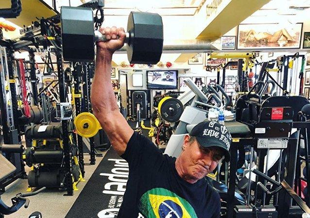 Sylvester Stallone practicando deporte