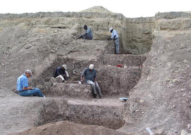 Arqueólogos trabajan en el sitio de excavación de Olorgesailie