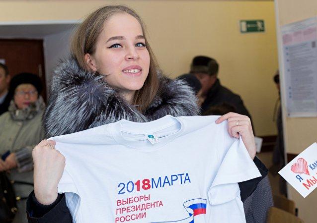 Una chica en un colegio electoral en Petropávlovsk-Kamchatski, Rusia