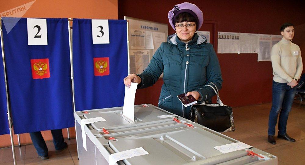 Una mujer votando en Chitá, Rusia