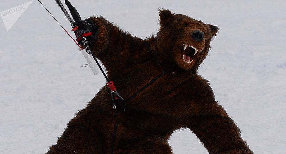 Un hombre vestido de oso