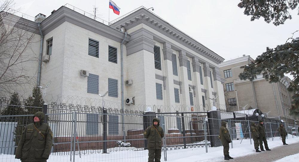La Policía no deja entrar a los ciudadanos rusos a la Embajada rusa en Kiev