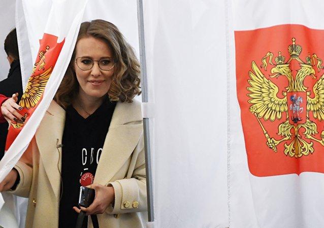 La candidata presidencial rusa Ksenia Sobchak vota en las elecciones