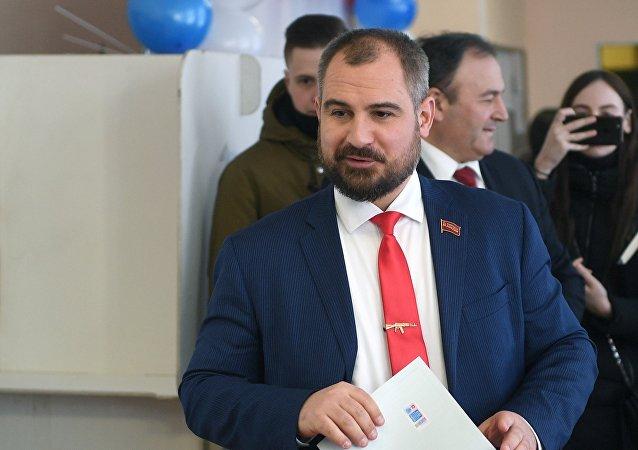 Candidato Maxim Suraikin vota en las presidenciales rusas