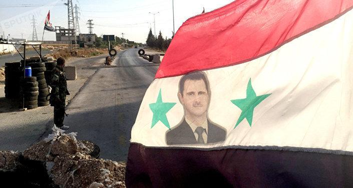 Bandera con una imagen de Bashar Asad