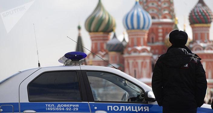 Un policía ruso en la Plaza Roja en Moscú