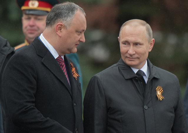 Igor Dodon, presidente de Moldavia, y Vladímir Putin, presidente de Rusia, durante la celebración del Día de la Victoria sobre el nazismo en Moscú, 9 de mayo de 2017