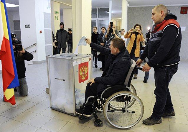 Hombre vota en las presidenciales de Rusia