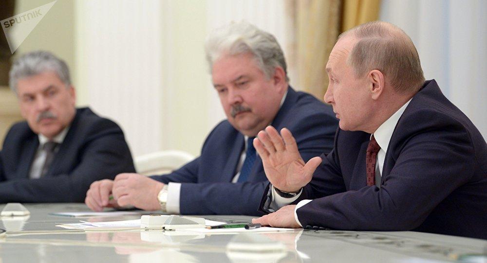 Vladímir Putin, presidente de Rusia, en una reunión con sus contrincantes en las elecciones presidenciales