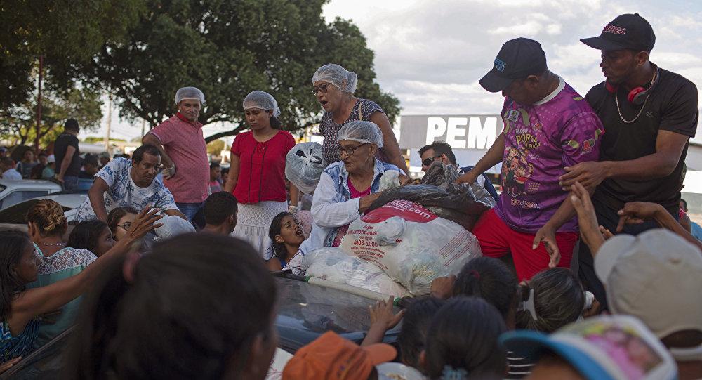 Refugiados venezolanos reciben ropa, Brasil