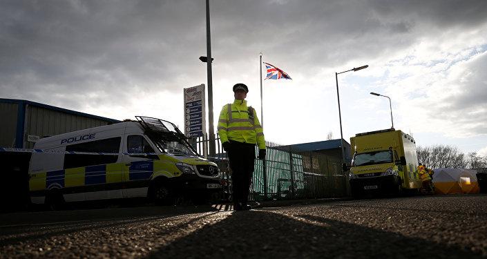 Un policía británico cerca de la casa de exespía Serguéi Skripal
