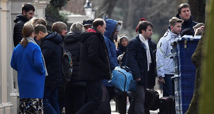 Diplomáticos rusos y sus familiares abandonan la embajada rusa en Londres