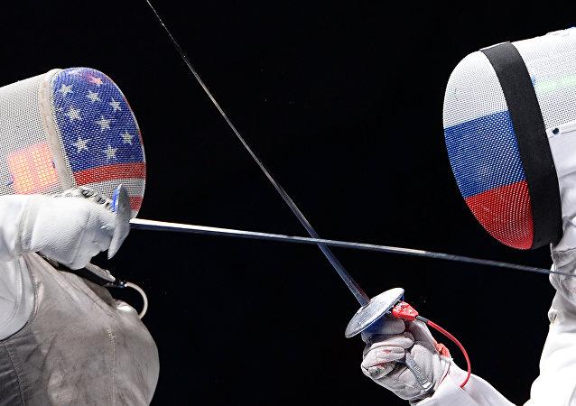 Las deportistas de esgrima de EEUU y Rusia