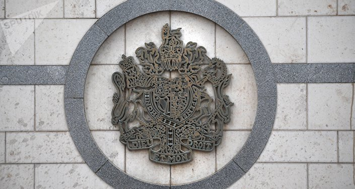 El escudo del Reino Unido en la embajada británica en Moscú