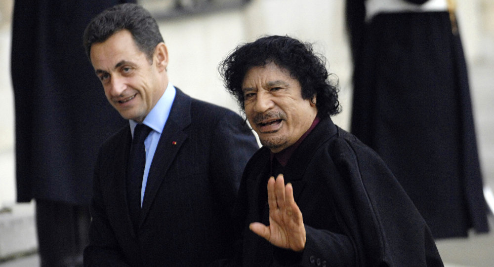 El expresidente de Francia Nicolas Sarkozy y ex líder de Libia Muammar Gadafi (Archivo)