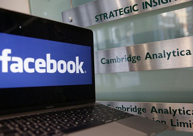 Una pantalla con el logo de Facebook