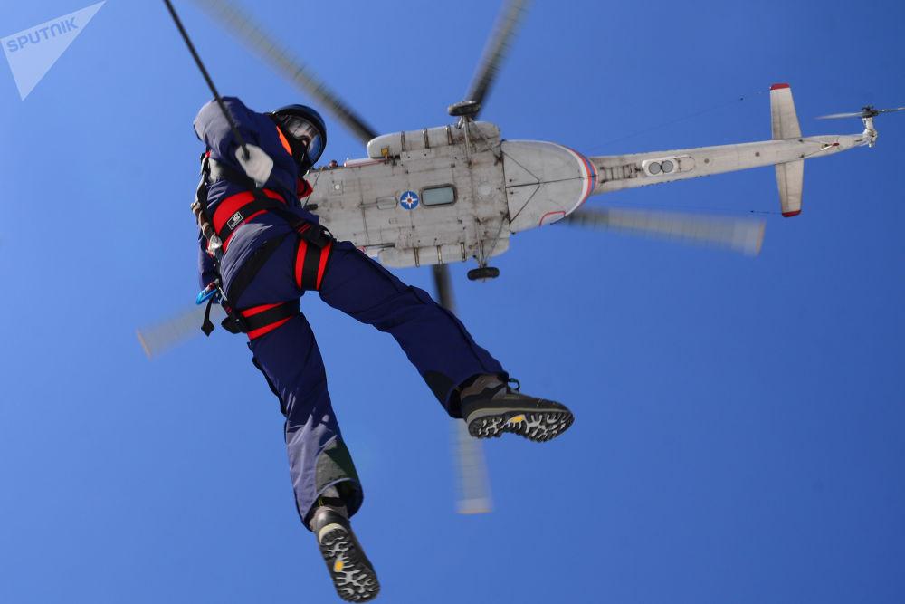 Así se preparan los paracaidistas del Ministerio de Emergencias de Rusia