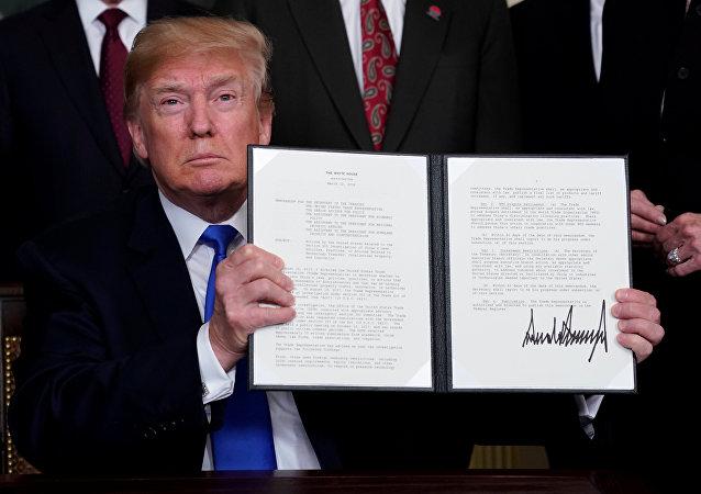 El presidente de EEUU, Donald Trump, firma memorando para imponer aranceles a las importaciones chinas