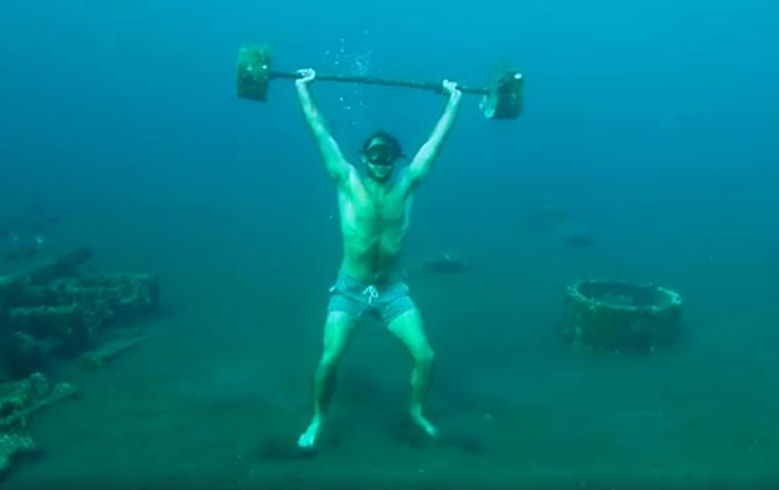 El mayor 'gimnasio con piscina' o cómo levantar pesas en el mar
