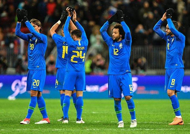 El equipo de Brasil tras el amistoso de fútbol contra Rusia