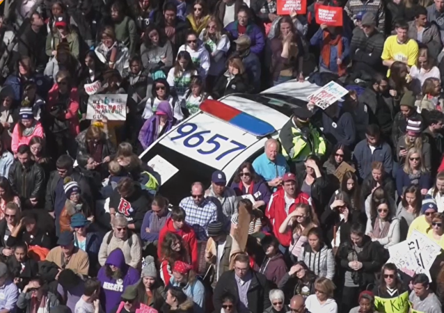 Multitudinarias marchas piden el fin de la violencia armada en EEUU