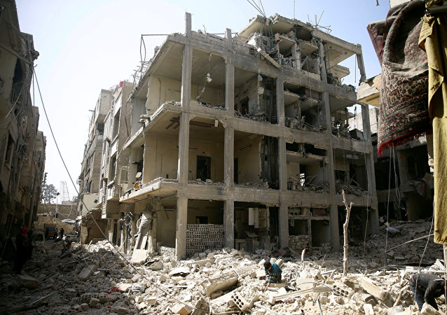 Edificios dañados en la ciudad sitiada de Duma, Siria