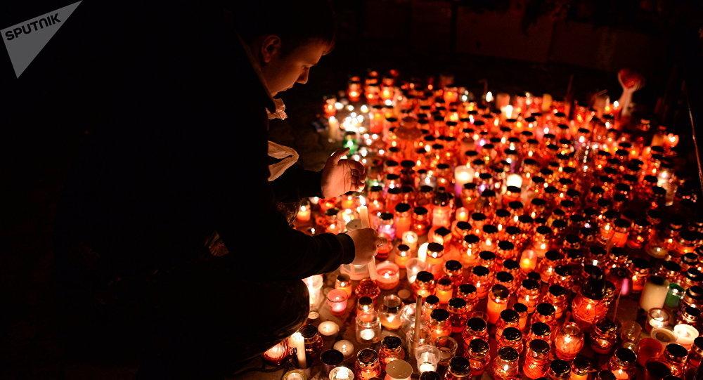 Velas cerca del centro comercial de la ciudad rusa de Kémerovo en homenaje de las víctimas del incendio