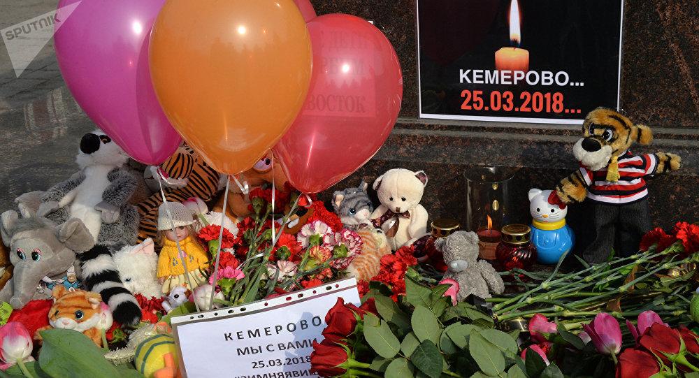 Flores y juguetes en homenaje de las víctimas del incendio