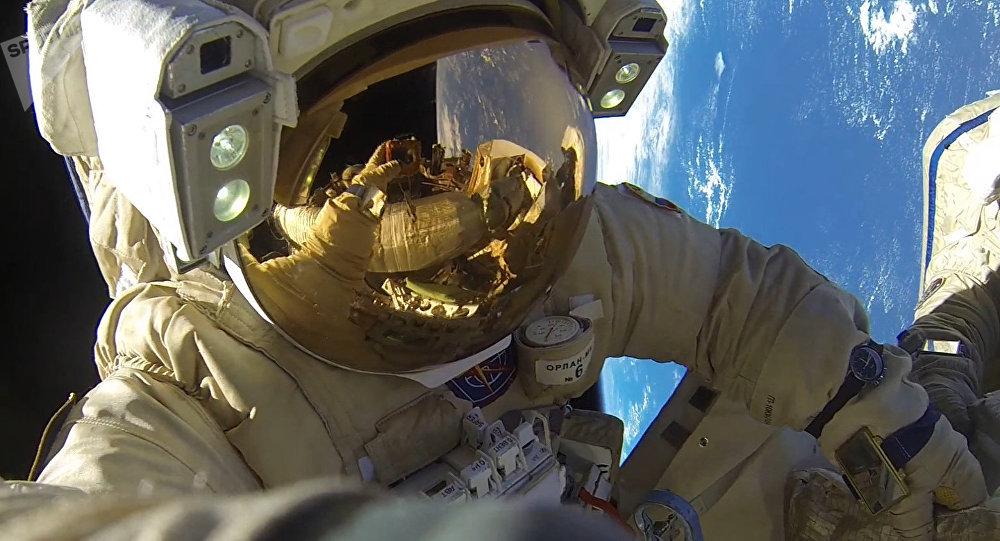 Un astronauta fuera de la EEI (archivo)