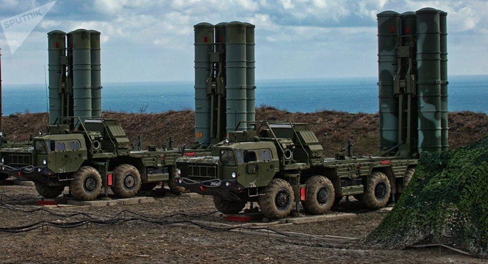 Sistemas rusos de misiles antiaéreos S-400.