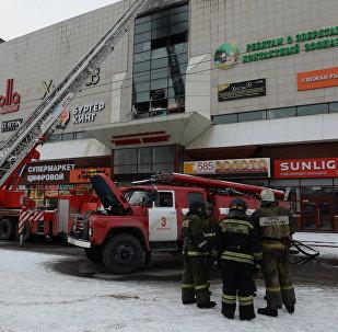 Los bomberos cerca del centro comercial quemado en Kémerovo