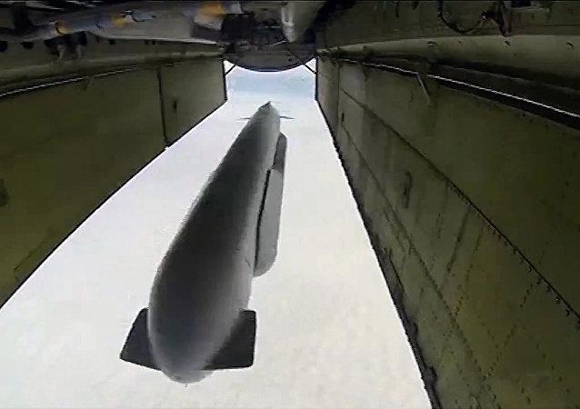 Un bombardero lanza un misil