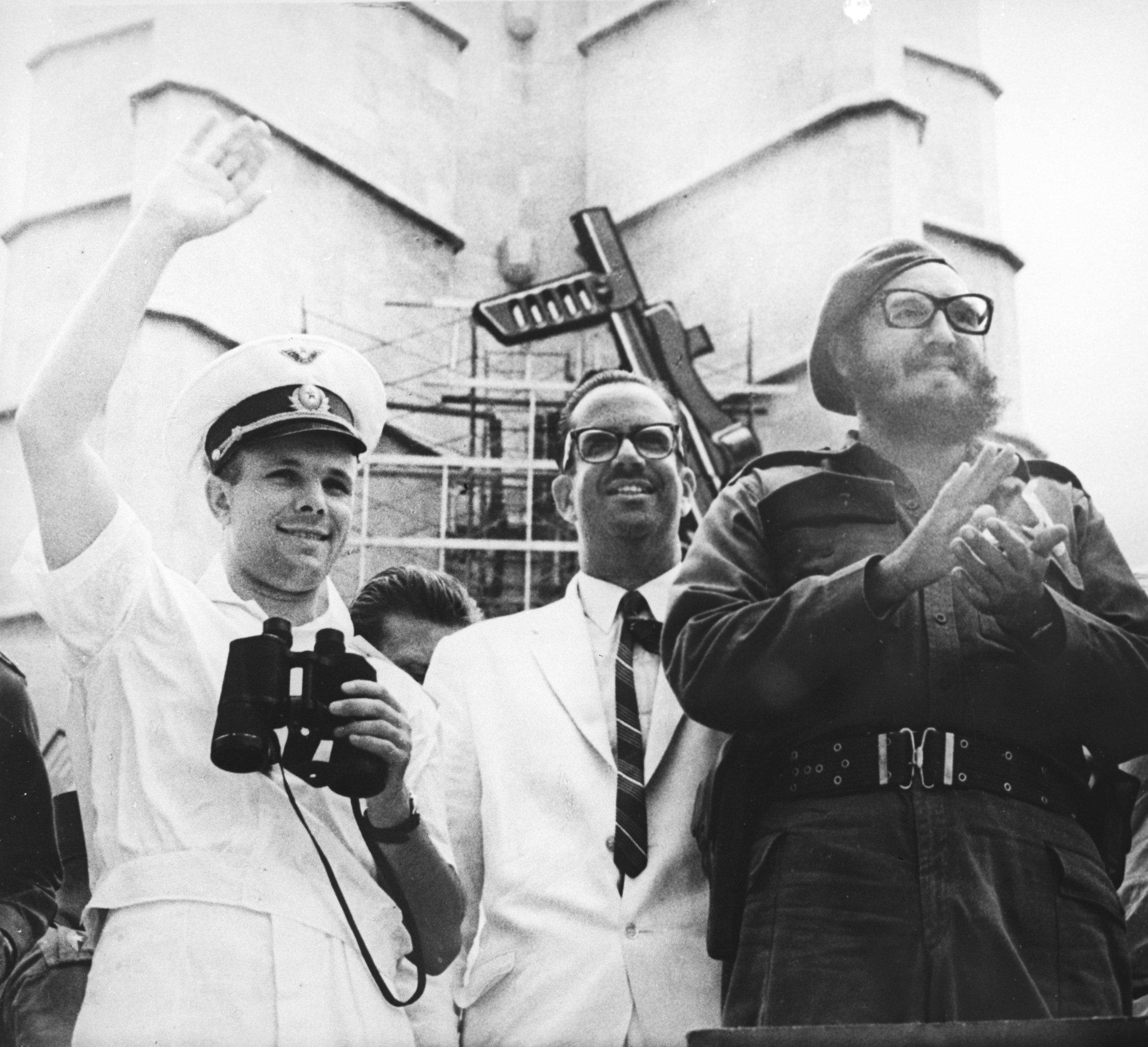 Yuri Gagarin saluda al pueblo cubano en la Plaza de la Revolución junto a Fidel Castro y el presidente Osvaldo Dorticós