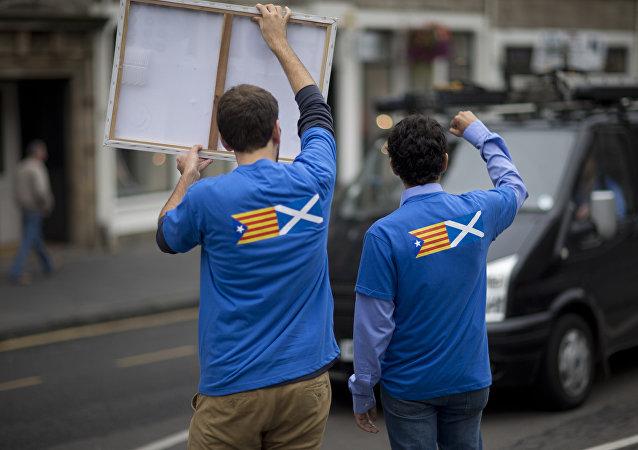 Banderas de Cataluña y Escocia en las camisetas de unos manifestantes (archivo)