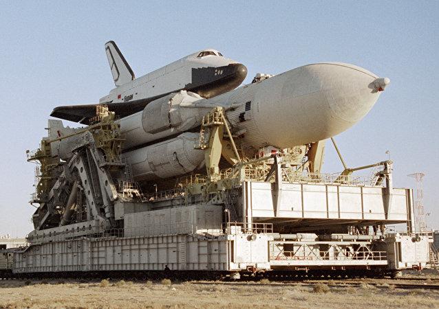 La nave espacial Burán sobre el cohete portador Energia (archivo)