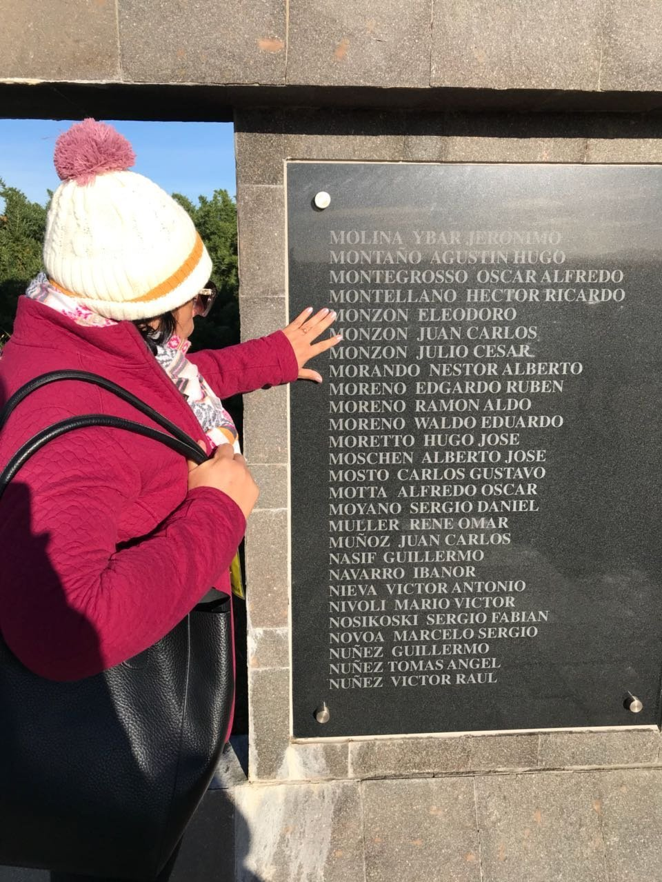 Mirta Monzón visita el Cementerio de Darwin, donde está la tumba de su hermano, el soldado argentino caído en Malvinas Eleodoro Monzón